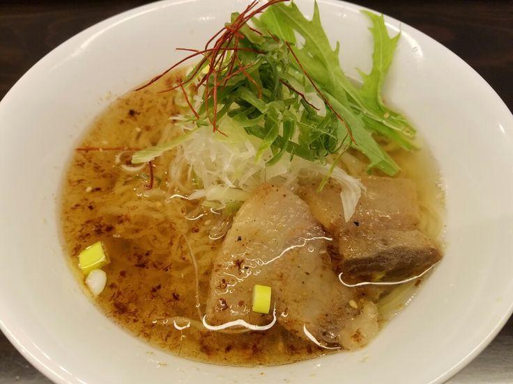 XO醤イベリコ豚の醤油ラーメン☆ 麺劇場玄瑛@六本木 多加水で卵を繋にしたという縮れ麺が一番の特徴で印象に残りました。ただ、食感は乾麺を戻したかのようです。スープは名前の通りですが、海老も使っているとのこと。全体としては海鮮の塩味風味。しかし、何よりの特徴は店内の様相で、姉妹店のゲンエイワガンよろしく、完全に元クラブの居抜きのようですな食券制ではないので、お支払お忘れなく✨ #ラーメン #ラーメン倶楽部 #らーめん #らーめん部 #XO醤イベリコ豚 #六本木