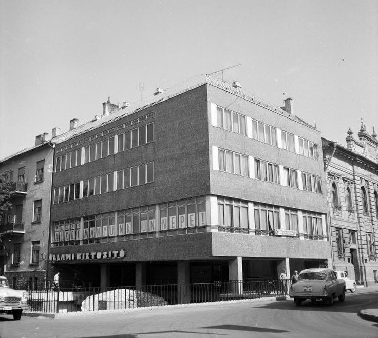 Koronázó tér, jobbra a Táncsics Mihály utca.