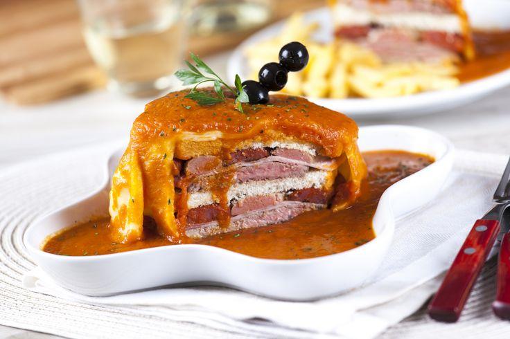 Receita de Francesinha à moda do Porto. Descubra como cozinhar Francesinha à moda do Porto de maneira prática e deliciosa com a Teleculinaria!