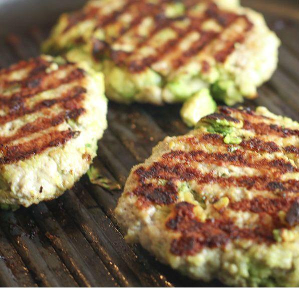 Veja a receita de um hambúrguer saudável e delicioso! Muito fácil de fazer! - Veja mais em: http://www.maisequilibrio.com.br/receitas-light/hamburguer-de-frango-e-abacate-m0515-50413.html?pinterest-mat