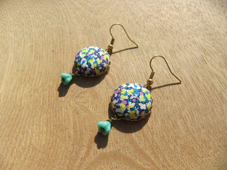 """boucles d'oreilles crochet classique, """"médaillon en tissu"""" liberty multicolore : Boucles d'oreille par milky-bibiche"""
