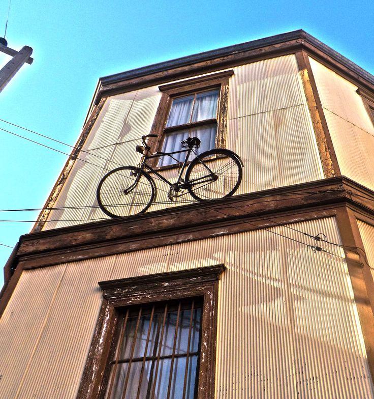 Una esquina de Valparaíso con bicicleta.