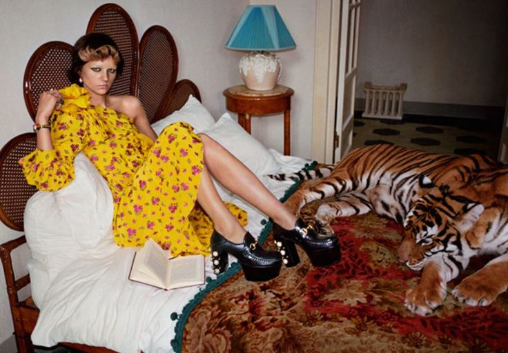 La maison del lusso italiano presenta la nuova campagna pubblicitaria per la collezione della prossima stagione: Gucci p/e 2017. La fotografa di moda Glen Luchford ha immortalato la nuova collezione di abbigliamento e accessori Gucci primavera estate 2017. CAMPAGNA GUCCI P/E 2017 ISPIRAZIONI E' Roma la città a cui si ispira la nuova campagna pubblicitaria …