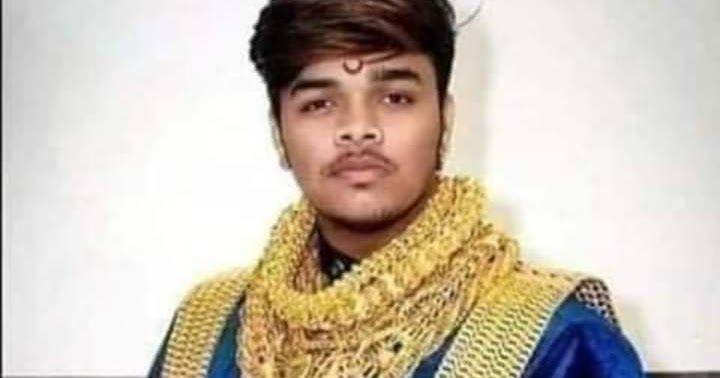 راجي كابور هندي الجنسية إتهمته زوجة والده بسرقة مجوهراتها بقيمة نصف مليون روبيه وكان ذلك عام 1987 فطرده والده فسافر Crochet Scarf Crochet Necklace Crochet