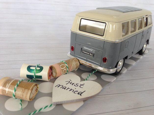 Hochzeitsauto Volkswagen T1 Bus grau/weiß 1963 Das stilvolle Geldgeschenk zur Hochzeit.  Der VW Bus wird mit einer Kordel ausgestattet, an dem die aufgerollten Geldscheine von dir befestigt...