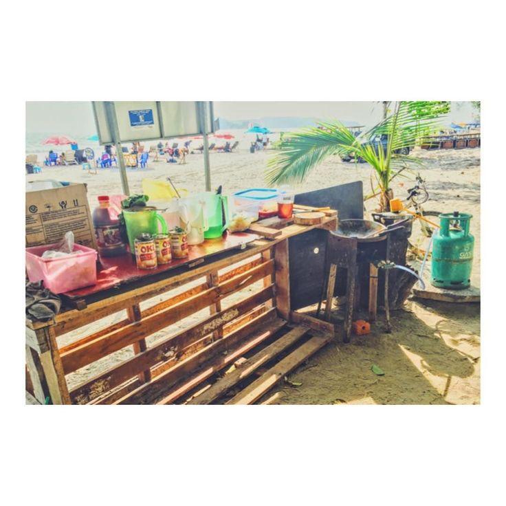 海辺のレストラン開放感MAX How nice this beach restaurant is!  いつもお昼ゴハンを食べている 海辺にあるレストランのキッチンです  レストランオーナーは 日によっては海で釣ってきた魚で 料理を作っているそうですよ 築地並みに新鮮な食材を 小学生のお小遣い感覚で楽しめます  レストランでに食事の様子も撮影したので ぜひYoutube動画も楽しんで下さい( ) #マレーシア生活 #マレーシア #マレーシア料理 #マレーシアライフ #マレーシアごはん #マレーシア暮らし #マレーシア旅行 #海外旅行 #海外移住 #世界周遊 #新鮮な食材 #ローカルレストラン #現地のレストラン 海の見えるレストラン