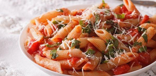 Wat gekookte pasta over in de koelkast. Een paprika die op gebruik lag te wachten en een bekertje zure room dat per ongeluk gekocht was. Zo ontstond dit...