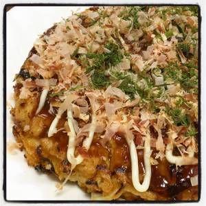 土井 善晴さんの山芋,キャベツを使った「お好み焼き」のレシピページです。キャベツは山ほど、小麦粉は少なめのヘルシーなお好み焼きです。焼けるのを待つワクワク感、ひっくり返すときのドキドキ感をぜひご家族で楽しんでください。 材料: 生地、豚ロース肉、レモン汁、お好み焼きソース、青のり粉、削り節、マヨネーズ、トマトケチャップ、練りがらし、サラダ油