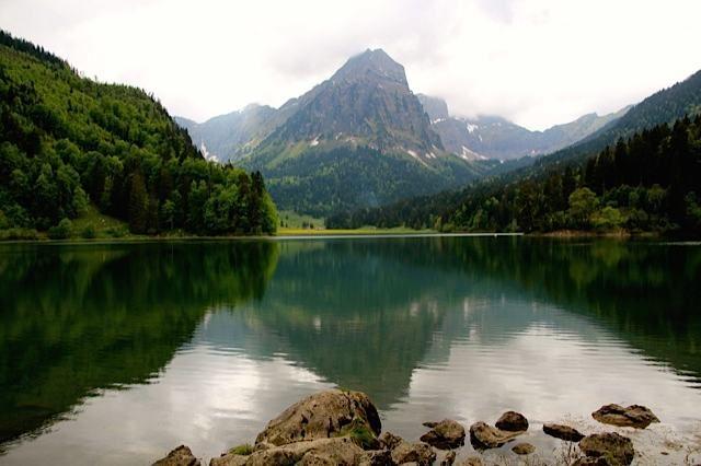 Hiking around Lake Obersee Near Näfels