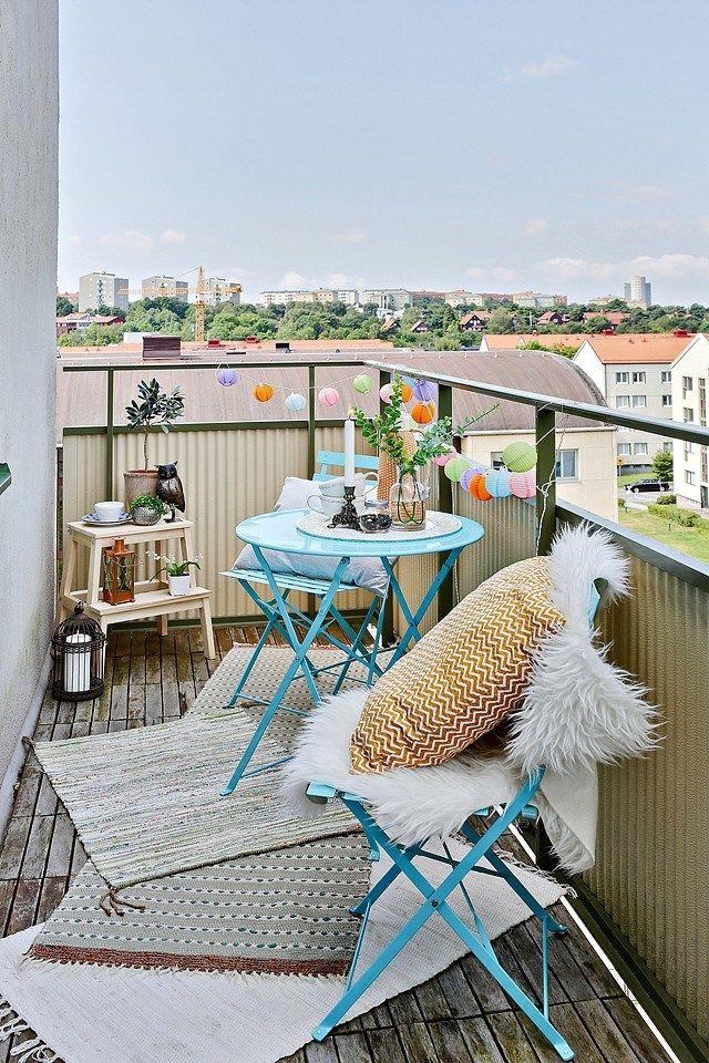 Un peu de couleur sur votre balcon grâce au mobilier ! http://www.m-habitat.fr/terrasse/balcons/balcon-la-securite-avant-tout-966_A #bleu #blanc