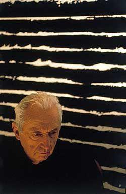 Pierre Soulages, né le 24 décembre 1919 à Rodez est un peintre et graveur français associé depuis la fin des années 1940 à l'art abstrait. Il est particulièrement connu pour son usage des reflets de la couleur noir-lumière ou outre-noir. Ayant réalisé plus de 1 500 tableaux qu'il intitule tous du mot « Peinture » suivi de leur format (la date y figure ensuite en tant que complément hors titre1,2), il est un des principaux représentants de la peinture informelle.