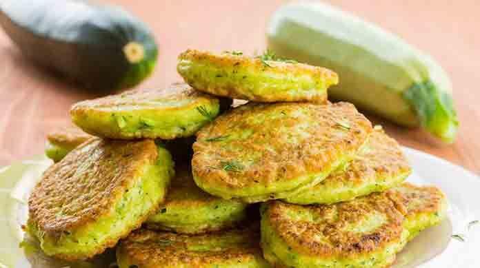 Открываю секрет - Как готовят всеми любимые кабачковые оладьи в Турции Турецкие кабачковые оладьи говоря откровенно очень похожи на русские, однако в турецкие оладьи добавляются еще 2 интересных ингредиента: довольно много свежей зелени (петрушка, зеленый лук, укроп) и свежий сыр (похожий на брынзу). Обе эти добавки существенно улучшают внешний вид, цвет, вкус и текстуру этого блюда. Попробуйте друзья, очень рекомендую... ИНГРЕДИЕНТЫ 800 г молодых зеленых кабачков небольшой пучок укропа…