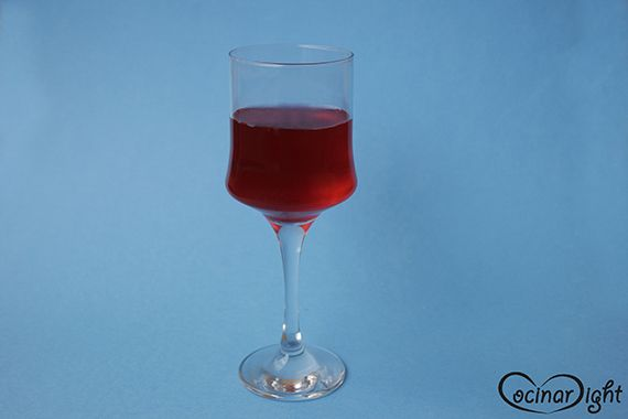 """El zumo de arándanos es la bebida perfecta como sustituto al vino tinto en una cena con invitados. ¿Por qué? Gracias a su color rojizo le dará ese toque festivo. Bromas aparte (aunque, como dicen, """"en toda broma hay una parte de verdad""""), este brebaje es ideal para combatir las infecciones urinarias y dejar de lado los antibióticos."""