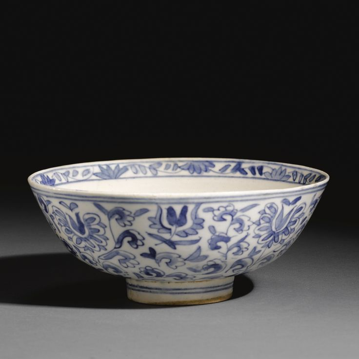 A KÜTAHYA BLUE AND WHITE BOWL, TURKEY, FIRST HALF 18TH CENTURY