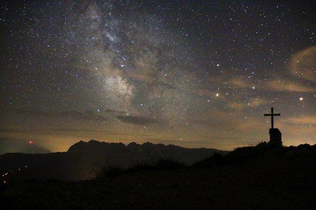 Die Milchstraße über dem Gipfel des Geigelsteins http://www.breitengrad66.de/2016/08/02/gipfel-biwak-geigelstein/ #Biwak #Gipfel #Geigelstein #Chiemgau #Wandern #Bergtour #Sterne