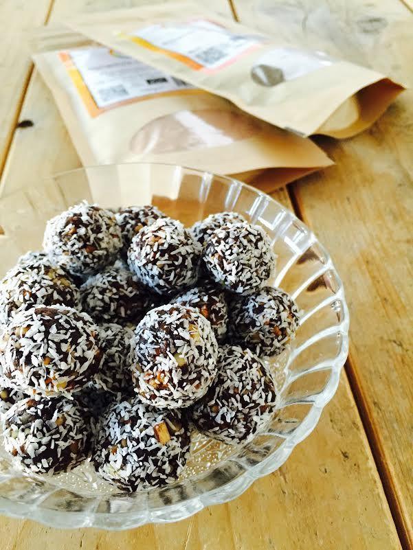 Recept chocolade dadel-balletjes Deze gezonde snack bonbons met cacao, kokos en meer lekkers zijn heel simpel en snel te maken! Ideaal als healthy tussendoortje