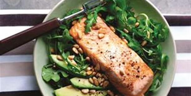 The Food & Leisure Guide ® | Σολομός σχάρας με σαλάτα από ρόκα και κάρδαμο.