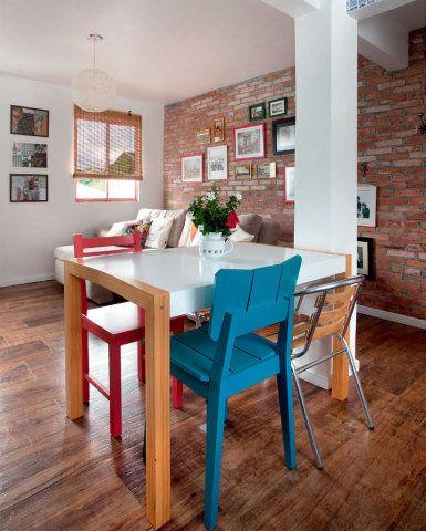 """A mesa de jantar, de linhas retas e limpas, ganhou cadeiras de modelos e cores diferentes. """"Nada que seja muito certinho e previsível combina comigo"""", justifica. Mesa de jantar: Morumbi (1,20 x 0,80 x 0,76 m), de MDF laqueado. Oppa, R$ 599. Cadeiras: Augusta (vermelha) e Uma (turquesa). Oppa, R$ 169 e R$ 199, nessa ordem. De fibra sintética e com estrutura de alumínio. Cassol R$ 99 cada."""