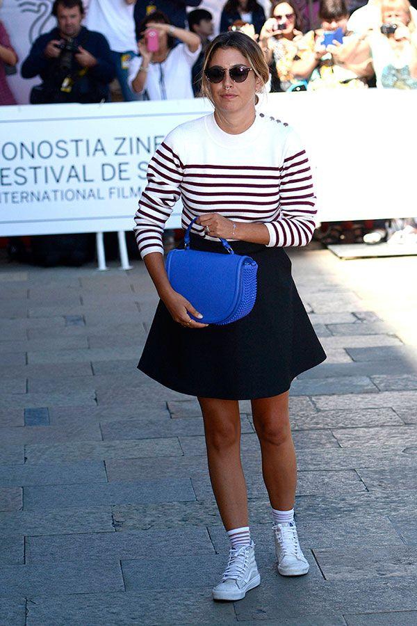 Suéter a rayas de Sandro, bolso de Louboutin y zapatillas Vans para la llegada de Blanca Suárez a San Sebastián. © Cordon Press