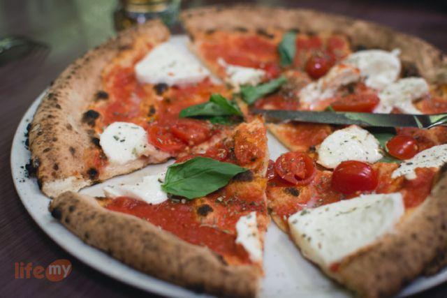 Давно хотел приготовить именно эту всем известную и знаменитую итальянскую пиццу. Пицца «Маргарита» — имеет три основных компонента, это сыр моцарелла, зелёный базилик и томатный со…
