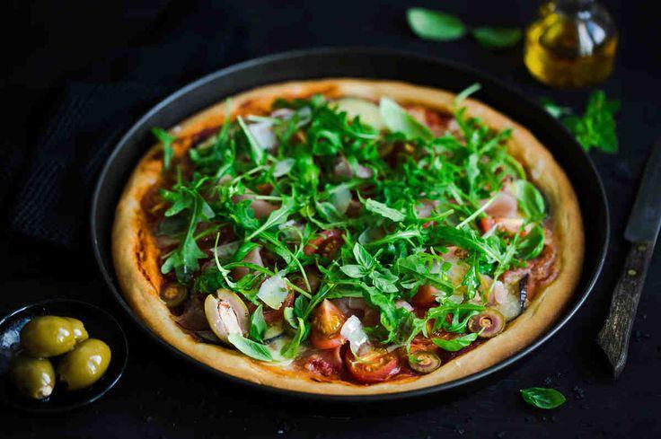 Pizza z sosem pomidorowym, bakłażanem, pomidorkami, oliwkami, szynką dojrzewającą i mozzarellą  #smacznastrona #przepisytesco #pizza #bakłażan #pomidory #oliwki #szynkadojżewająca