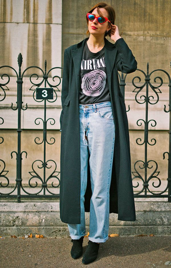Look com t-shirt de banda, mom jeans, maxi casaco e botas