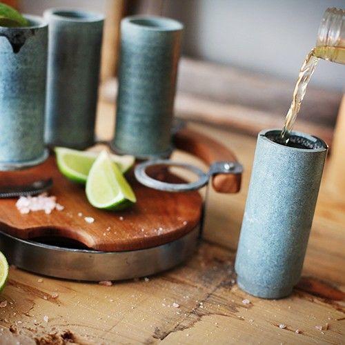 Идея для подарка: Набор каменных шотов Sparq  Компания Sparq изготавливает шоты из специального материала - стеатита, который помогает напитку быстро охлаждаться, а потом медленно отдавать холод. Крутой подарок, который не стыдно будет подарить даже боссу :)  #подарок #виски #холостяк #алкоголь #бармен #начальник #офис