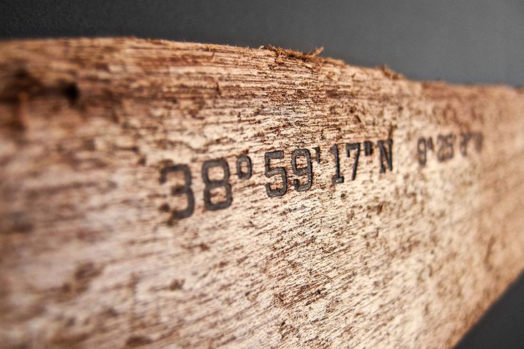 Treibholz aus dem Meer, gefunden an einem Strand, markiert mit den geographischen Koordinaten des Fundortes und mit Magneten ausgerüstet. An der Wand montiert, haften Schlüssel, Messer, Werkzeug und andere metallische Gegenstände am Holz. Die geographischen Koordinaten werden mit einem Brandeisen in das Holz eingebrannt. Zu jedem Magnetboard gehört ein Logbuch mit Informationen über den Fundort [...]