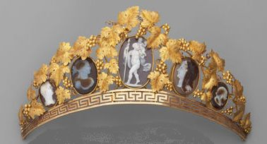 Cameo tiara with yellow gold vines and leaves. Early 1800s. | Five cameos in three colors of agate feature profiles or characters in the ancient style. (via Alain Truong)