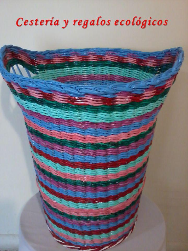 Cestería y regalos ecológicos Isa: Cesto multicolor, grande para ropa tejido con varillas de papel de diario. Se animan a hacerlo? Aquí les dejo el paso a paso amig@s, realmente solo se requiere práctica.