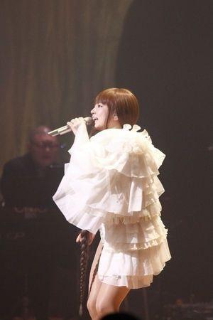 星屑サンセットを歌うYUKI。アーティストYukiのライブ