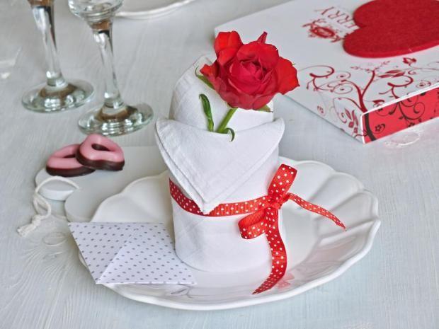 Malý nápad, který se hodí na velmi slavnostní stůl. Na takový, kdy chceme někoho vyznamenat svou pozorností, prostřít k osobnímu výročí, anebo třeba – vyznat lásku.
