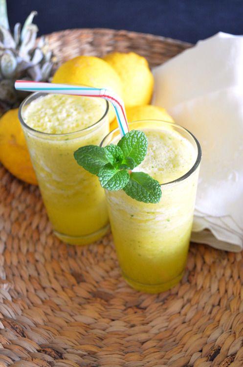 Pineapple Lemon Mint Detox Juice-1/4 pineapple; 1/4 lemon juice; 3 mint leaves; fresh water, to taste; 1/2 Tbsp of sugar (optional).