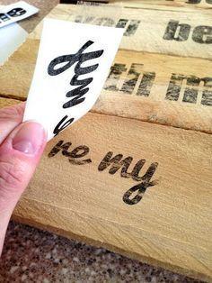 Una forma sencilla de transferir la tinta de papel sobre madera para un cartel hecho a mano con papel de congelador.