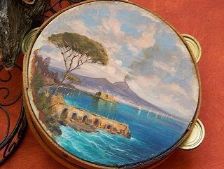 Il tamburello napoletano è uno strumento molto antico ed é divenuto ben presto lo strumento per antonomasia della tradizione musicale popolare.