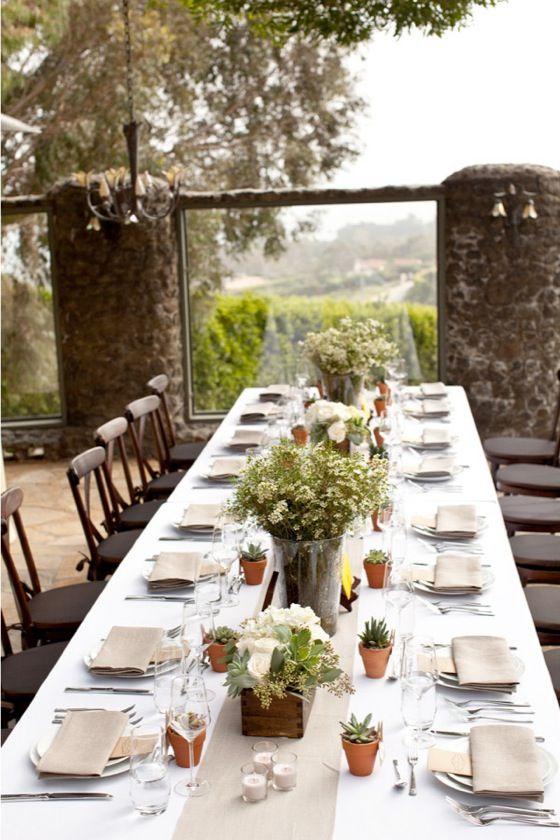 Detalhe para os vasinhos de suculentas e a simplicidade elegante dos guardanapos com o menu