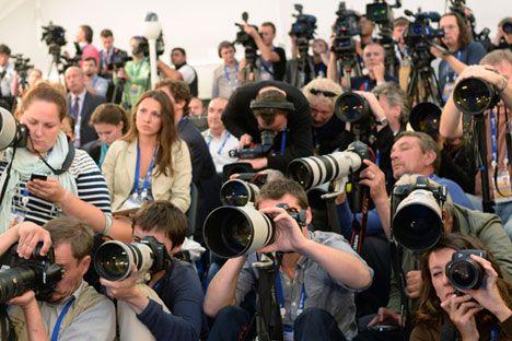 La crisis doble en Ucrania y Crimea ha revelado claramente que las noticias ya no son monopolio de Reuters, la BBC, AP o Washington Post. La 'guerra relámpago' de mentiras en la prensa occidental ha sido contrarrestada en gran medida por declaraciones muy medidas de los medios gubernamentales rusos que están ganando amigos e influyendo sobre gente en todo el mundo. El Kremlin también ha encontrado apoyo entre varios aliados influyentes, incluyendo exdiplomáticos, periodistas independientes y…