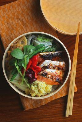 白米(おかか、しらす)鮭の塩焼き白菜のゆかり和え蓮根の七味炒め赤ピーマンの胡麻油和えさつま芋の粒マスタードマッシュ蒸し白葱茹でいんげん茹で赤そら豆今日は「鮭の塩焼き」が主役のお弁当。久し振りの鮭弁です(゚∀゚)ハラミ部分で小さめサイズなので