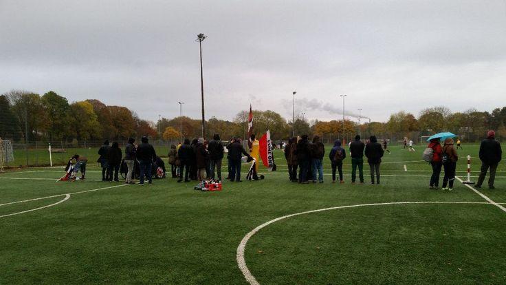 St. Pauli Fans der 1. Frauen im Regen bei Bremen II