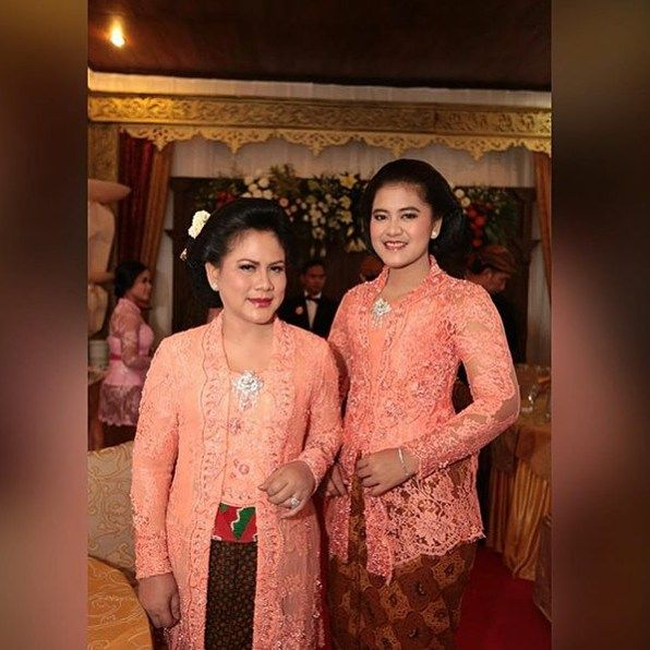 Again, mother-daughter edition! Look at our first lady, Mrs. Iriana Jokowi, and her pretty daughter @ayanggkahiyang . I do love the colour of their kebaya. Beautiful! --- ---  from @ayanggkahiyang --- #kebaya #kebayacans #kebayaindonesia #kebayamodern #kebayakutubaru #ladies #ladyinblue #mother #motherdaughter #matchingoutfits #love #like #kebayamodern #jokowi #irianajokowidodo #president #indonesia