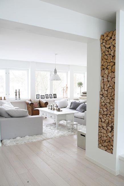 Idee voor een wijde woonkamer; dan moet wel se tv hoog achter de bank