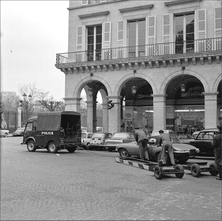 Problème mécanique ou mal garé... en 1965, place des Pyramides à l'angle avec la rue de Rivoli. Une photo de © Willem van de Poll  (Paris 1er)
