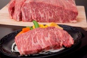 「ザブトン」は、クラシタのあばら側へと続く肩ロースの部分の牛肉です。1頭から数kgしかとれない希少部位です。サシはありますが、後味にいやみがなく、上品でとろける食感とコクのある味わいを楽しめます。焼肉屋では特上ロ-スとして提供されることが、多いようです。