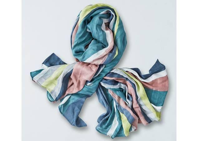 Bamboe sjaal van Thought Clothing met strepen in zomerse kleuren - www.legoutdescouleurs.be