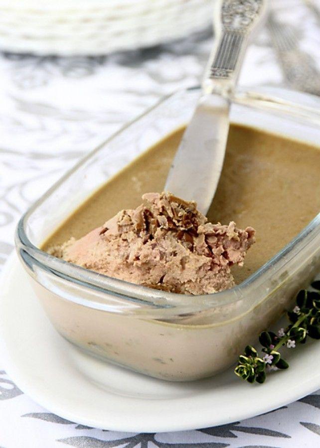 Мягкий, гладкий печеночный крем с нежным и сложным вкусом, который придают ему хорошие грибы, станет приятным сюрпризом для всех любителей печеночных паште