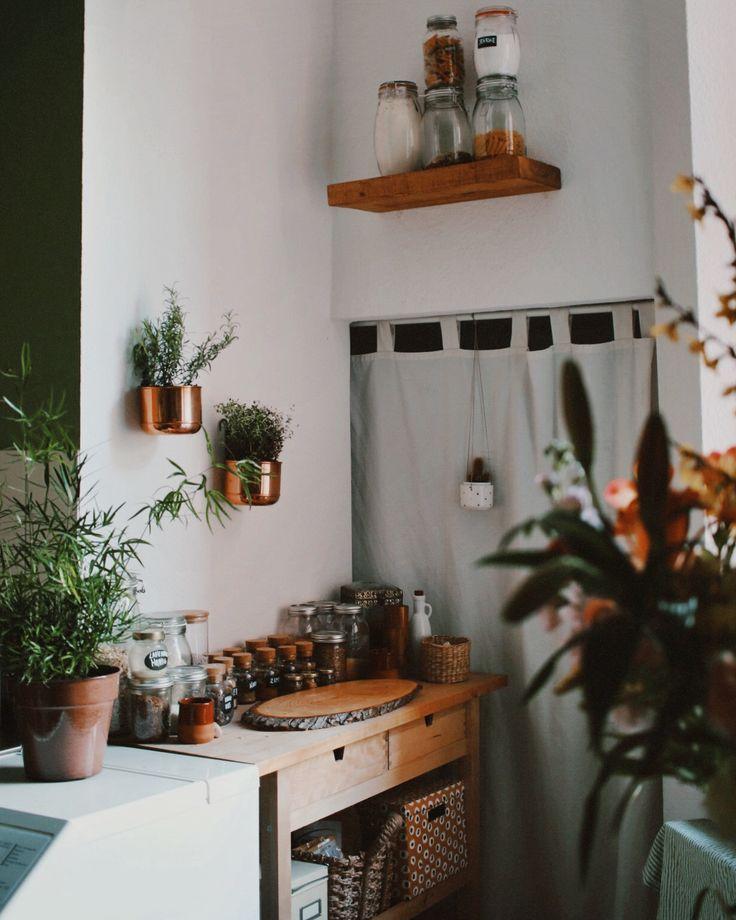 Ein Urban Jungle in deiner Küche – inklusive Pflanzenampel & Kupfer. Mit Nanda Schwarz, zu finden auf Etsy.