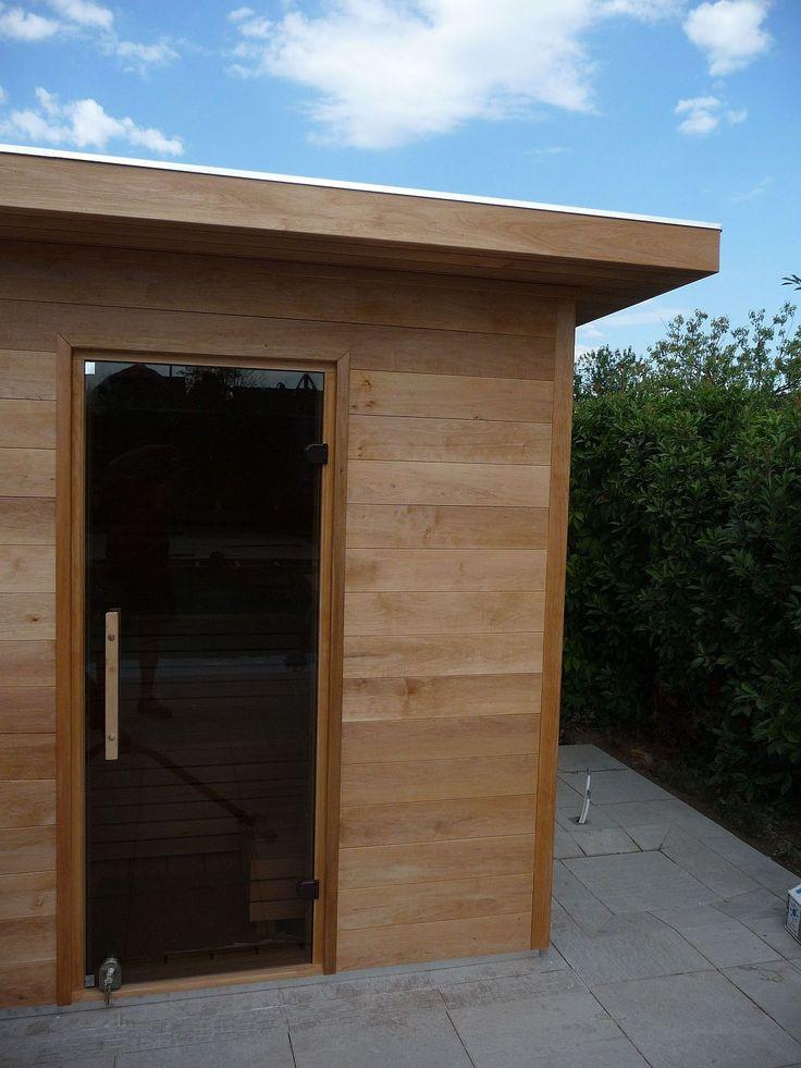 Sauna privata IBEK Outdoor, pentru 4-5 persoane: 2300 mm.x2150 mm. Interior sauna –pereti si mobilier/banci- din arin finlandez fara noduri, exterior placat cu panele din arin finlandez fara noduri de 28 mm. grosime, izolatie ecologica din fibre de lemn presate, cadru de baza sauna din otel inoxidabil, soba de incalzire sauna de 9 kW, acoperis intr-o singura apa, hidroizolatie acoperis, invelitoare usoara sindrila bitumenoasa, sistem pluvial de jgheaburi si burlane