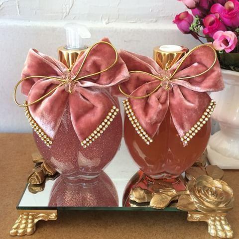 Quem não ama um rosa?! Lindo kit de lavabo! #Difusor #difusordevaretas #difusordeambiente #sabonete #handsoap #bandeja #bandejadeespelho #lavabo #banheiro #casa #casacheirosa #decor #decoração #detalhes #casamento #perfume #perolas #personalizados #perfumeparacasa #rosa #laçoRosa #ateliemarivenancio