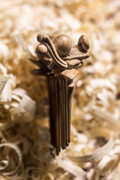 Гребешок для волос. Вишня. ------------------- В нашей мастерской можно заказать эксклюзивные изделия из дерева широкого спектра: мебель, предметы интерьера, освещение, садово-парковая архитектура, скульптура, аксессуары и многое другое. ------------------- +79162886376