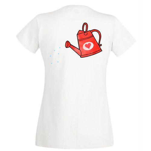 Acest tricou, precum si cel pentru mamica si cel pentru copil, poate fi cumparat separat. Orice planta creste bine atunci cand este udata. Aici, copilul este reprezentat de o plantuta mica in ghiveci iar parintii sunt stropitori. Mamica este reprezentata de o stropitoare rosie cu o inimioara de aceeasi culoare.  Pentru tatic, puteti cumpara acest tricou personalizat Tricou familie Stropitoare (tata), iar pentru copil Tricou familie Stropitoare (copil).